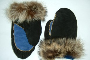 Suede leather mitts with racoon fur